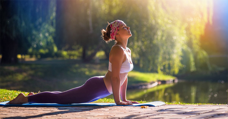 mujer_haciendo_yoga