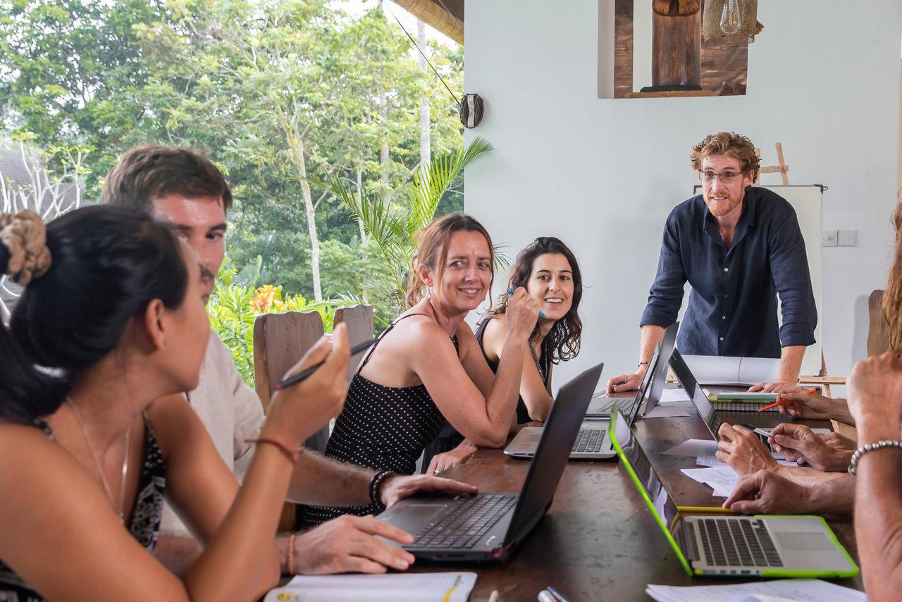 Reunião corporativa ao redor da mesa