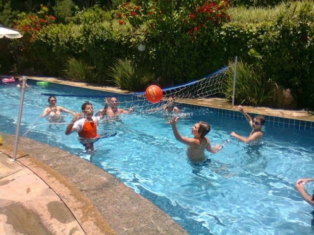 Crianças piscina brincando.jpg